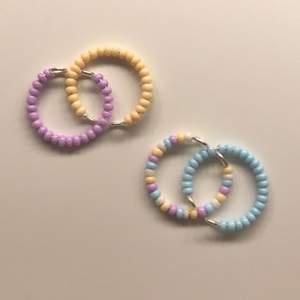 """🍭Pärlring🍭 (pastell-lila, blå, gul, flerfärgad, vit) Passar alla fingrar och storlekar och är reglerbar✨ ••••••••••••••• 1st~15 kr   2st~20 kr kan även göra i elastisk tråd om det önskas 💞 Fri frakt vid köp av 6 st✨finns en till färg i en annan annons! """"Karamell"""""""