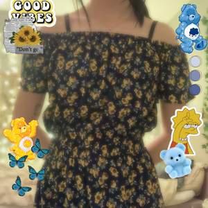 Super din off shoulder klänning med shorts från mango 🥭 använd ett fåtal gånger, sååååå himla fin på sommaren! Storlek xs 💙