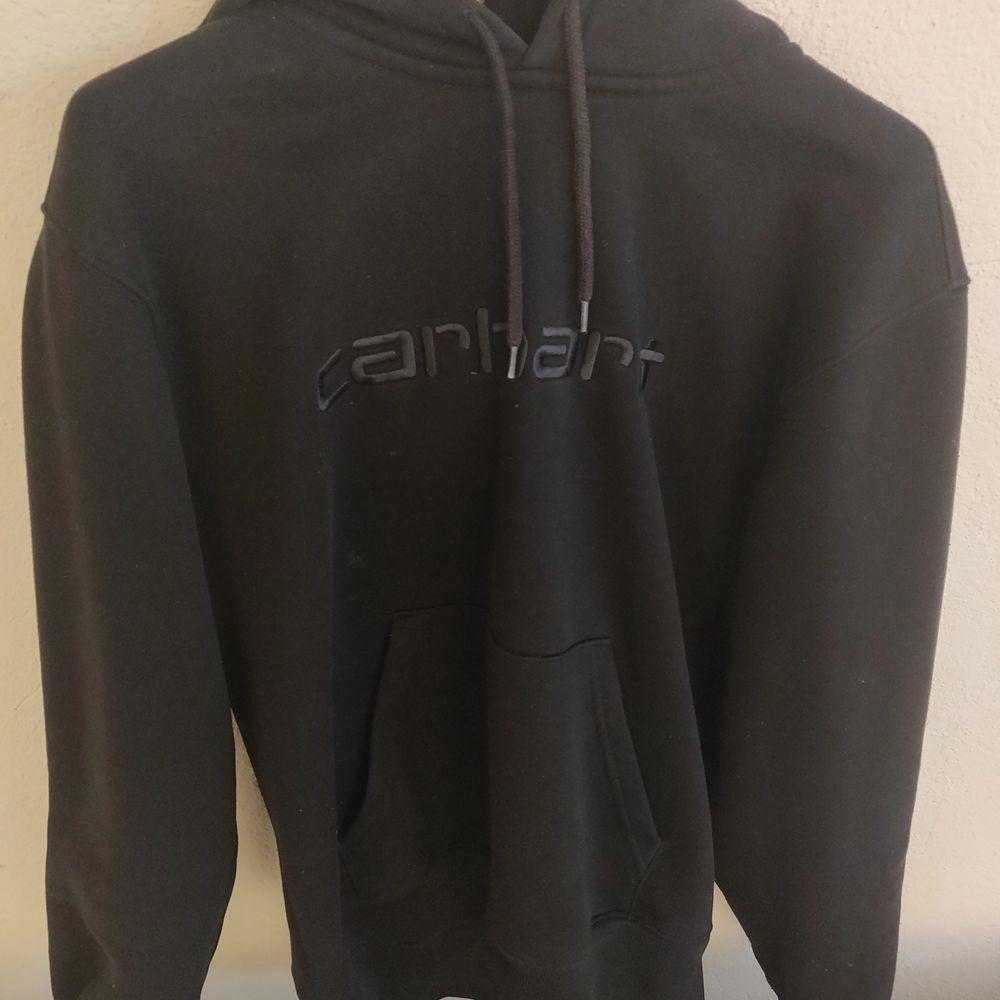 Carhartt wip hoodie, svart. Strl s. Lite noppring men inga flaws annars. Huvtröjor & Träningströjor.