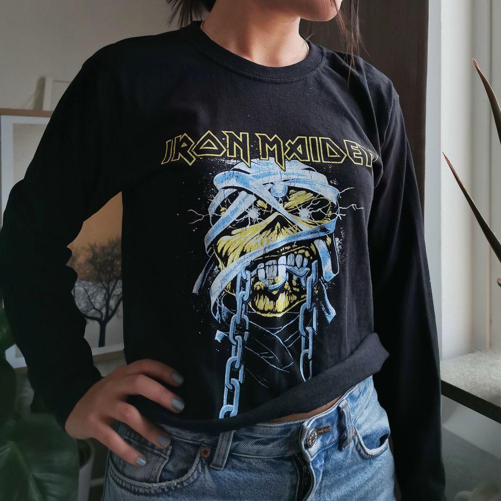 Snygg croppad band tröja från Pretty Little Thing, storlek S, säljes för 100kr, pris kan diskuteras :) . Toppar.