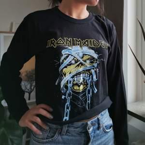 Snygg croppad band tröja från Pretty Little Thing, storlek S, säljes för 100kr, pris kan diskuteras :)
