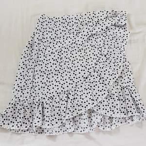 Jättesöt helt ny kjol från Shein med söta hjärtan på. Kommer i orginalförpackning! Säljer för att den är lite liten på mig. Strl M men passar mer S/XS beroende på hur man vill att den ska sitta💕Säljer för 100 kr + frakt.