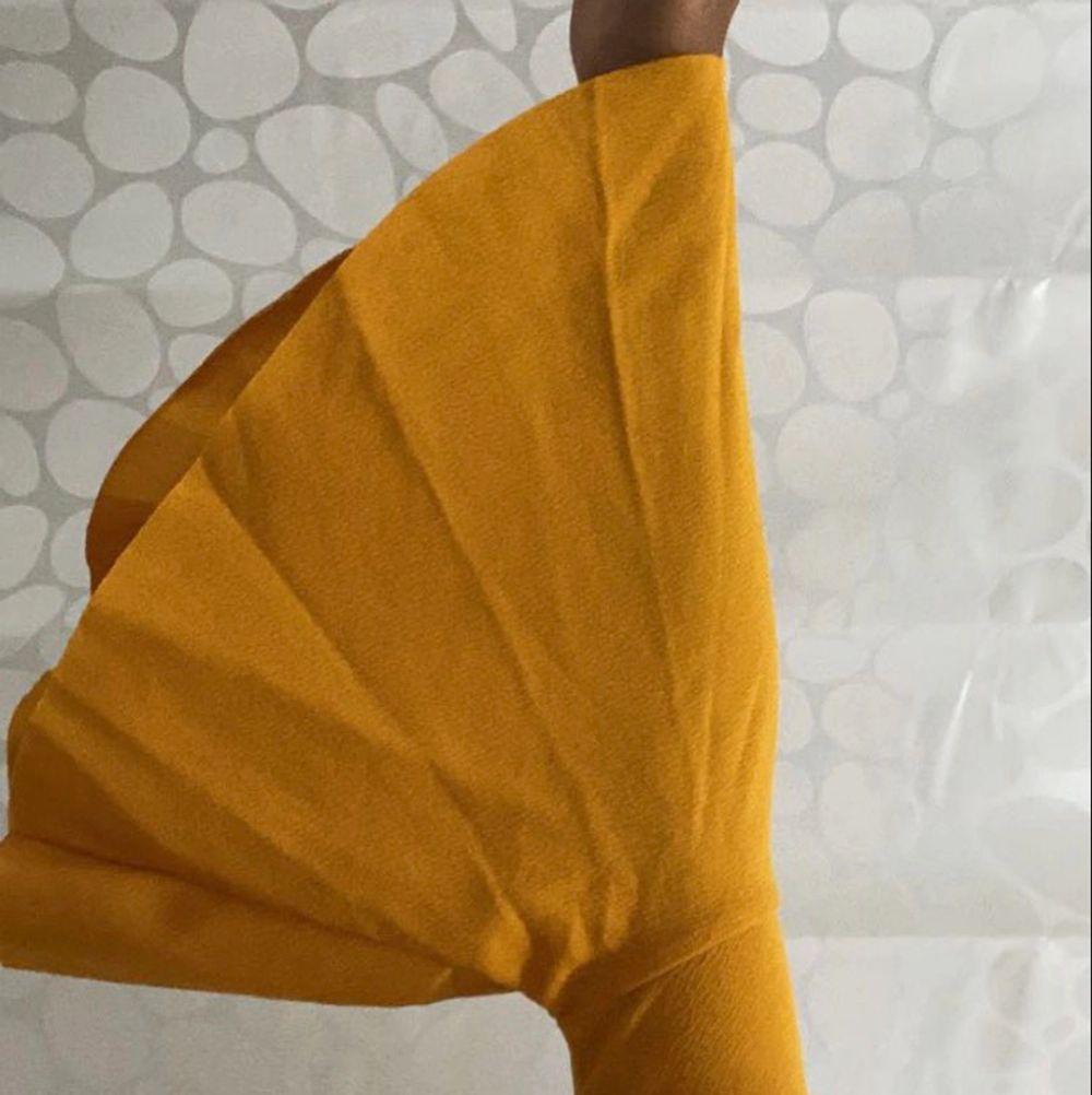 Jätte stretchiga material och unik design. Fina ärmar och V-ringning😍. Helt nyttskick aldrig använd. . Toppar.