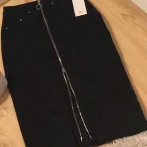 Svart midi kjol med silver dragkedja från hm. Aldrig använd & prislappen finns kvar.