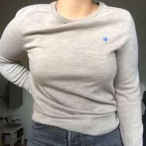 En stickad tröja i ullblandning från Morris. Varm och skön knappt använd så iprincip nyskick!! Nypris är över 1000 kr