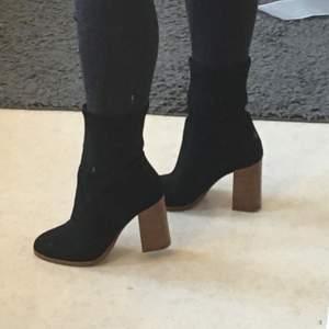 Supersnygga boots, endast använda en gång. Nypriset är 1299:-, prislappen sitter kvar. Bekväma att gå i för o vara klackskor! Skorna är i mocka och klacken är i trä🥰