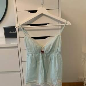 Säljer detta fina Odd Molly linne som tyvärr inte kommer till användning längre!! Storlek 0 vilket motsvarar xs/s🍬🦋säljer för 80kr + frakt (om fler är intresserade blir de budgivning)