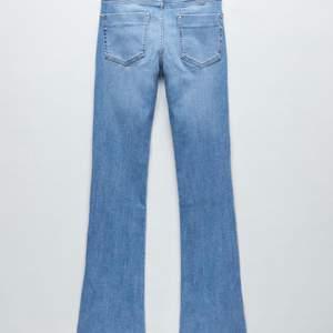 Är nu tyvär tvungen att sälja mina favorit jeans från mq. Går ung 5 cm över mina fötter och jag e 163. Vida ben och lite tajtare upptill men inte riktigt bootcut., bud 300💞💞