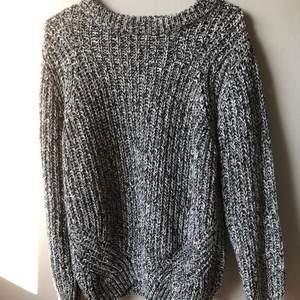 Gråsvart stickad tröja från SOUL RIVER. Bra skick. Storlek S, 36/38 (frakt tillkommer då står köparen för den)