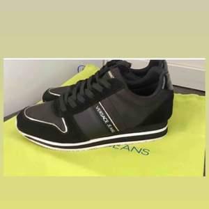 Säljer mina Versace Sneakers i strl 37, köpta från Zalando. Använda men i fint skick! 450kr med frakt inkluderat!
