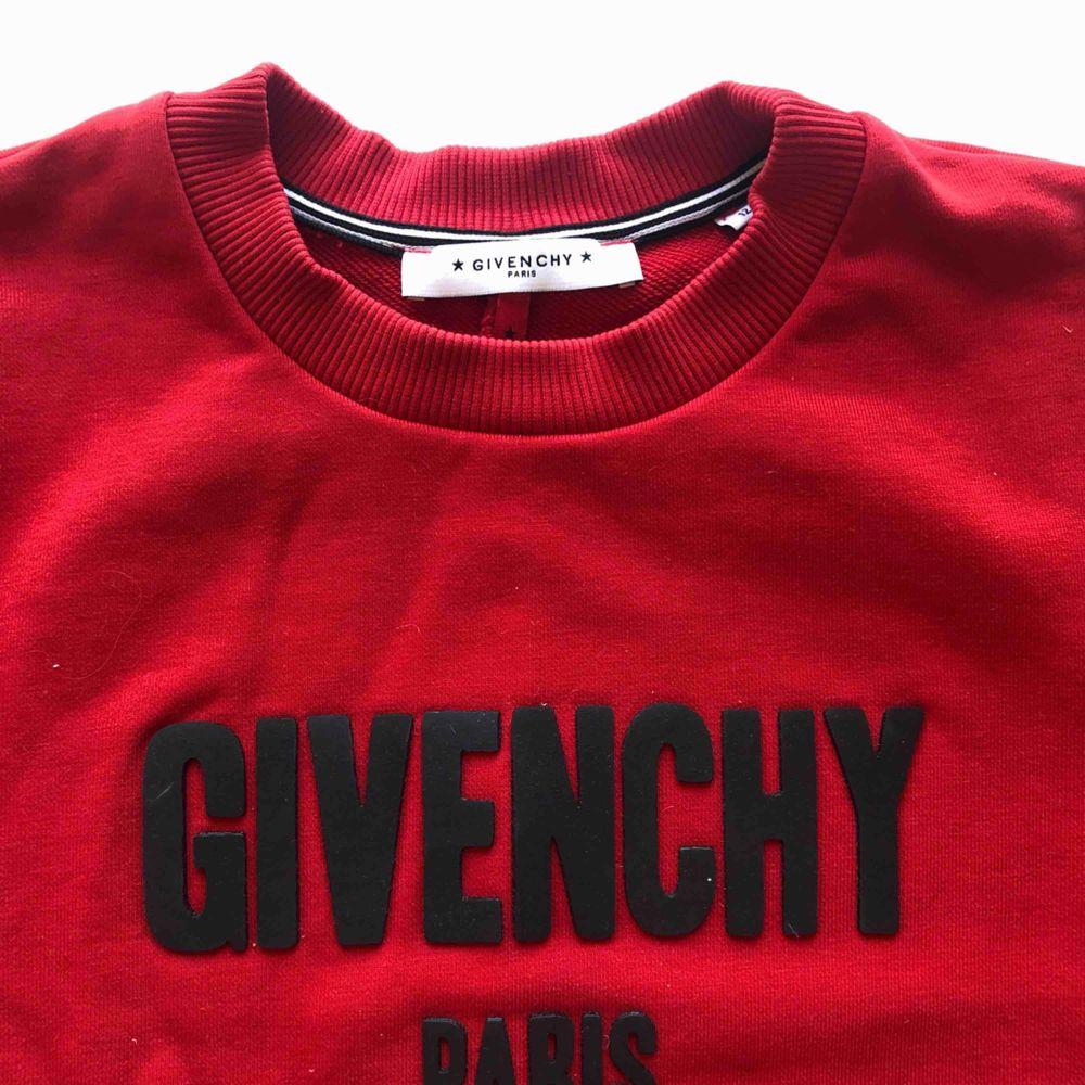 Givenchy-tröja, egentligen barnstrl men passar en vanlig XS. Jättefint skick, använd ett fåtal gånger. Huvtröjor & Träningströjor.