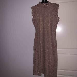 klänning från zara det är i storlek L men mer som M använt en gång.