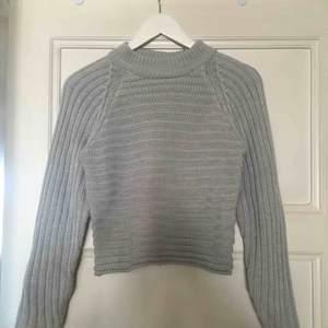 Jätteskön stickad tröja från Monki i storlek XS. Lite croppad i modellen. Passar till allt! Säljer pga för liten. Frakt tillkommer!