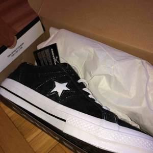 Oanvända Converse one star, suede. Strl 43/28 cm. nypris 899