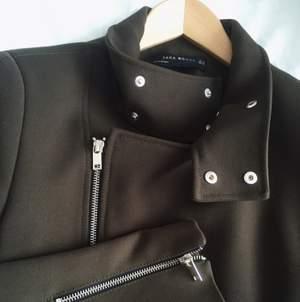 Säljer denna fräcka höst/vår-jackan som jag köpte i våras för 1199 kr på Zara. Den har bara använts en gång innan och är så gott som ny! Jackan är i en mörk khaki-grön färg. Bor i Göteborg!