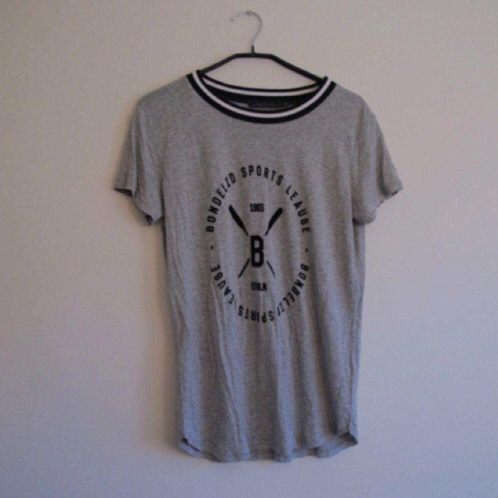 Grå Bondelid t-shirt med snyggt sammets tryck! Storlek M men passar även XS-S. Frakt 39kr ✨. T-shirts.