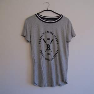 Grå Bondelid t-shirt med snyggt sammets tryck! Storlek M men passar även XS-S. Frakt 39kr ✨