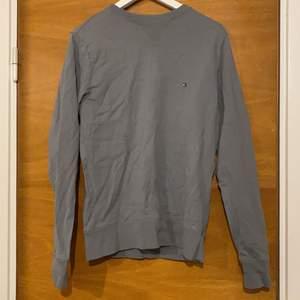 En grå tjocktröja från Tommy hilfiger, i storlek s men passar nog från xs-m. Inte super tjock i matrielet.😊