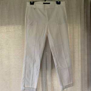 Jättefina kostymbyxor från Zara, storlek 38. Använda fåtal gånger, alltså i bra skick. 100kr plus frakt. Skriv för mer info och bilder:)