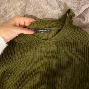 Otroligt fin stickad tröja i en fin khaki, militärgrön färg. Axlarna är ihåliga, så fint till ett par jeans nu i vinter
