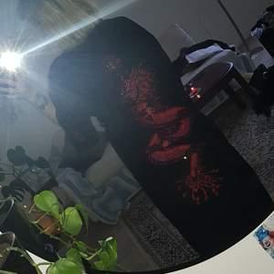 Sååå snygg kimono/jacka med röda detaljer och en stor drake på baksidan! +ingår även ett svart band/skärp, fråga om bättre bilder om intresse finns!