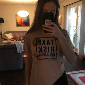 Väl använd t-shirt men i fint skick❣️ Nude/ljusbeige färg med tryck i svart etc! (Sista bilden representerar bäst) Så snygg när man är brun till t.ex svarta mom jeans! Köpt på Marstrand i en liten butik! Passar XS-S