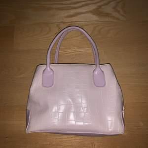 Jättesöt babyrosa väska i ormskinnsmönster. Köpte second hand, men jag har aldrig använt den själv. I fint skick, men ser inte helt oanvänd ut. Säljer bara för jag redan har för många väskor. Köpare står för frakt! :)