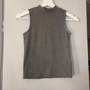 Ett ribbat linne med en liten polokrage. Den är från Cubus och passar både storlek XS och S. Väldigt bra skick och materialet är lite tjockare🤍