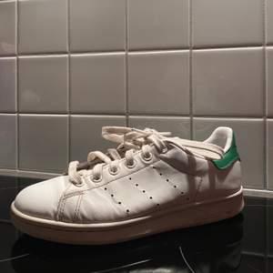 Dessa är de mest sköna skorna du någonsin kommer köpa!😍 Jätte bra kvalité, vissa defekter men inget stort som syns. Nypris = 900 kr. Frakt är inkluderad. Riktigt snygga & trendiga💞 Säljs pga för små:( Om flera är intresserade = budgivning.
