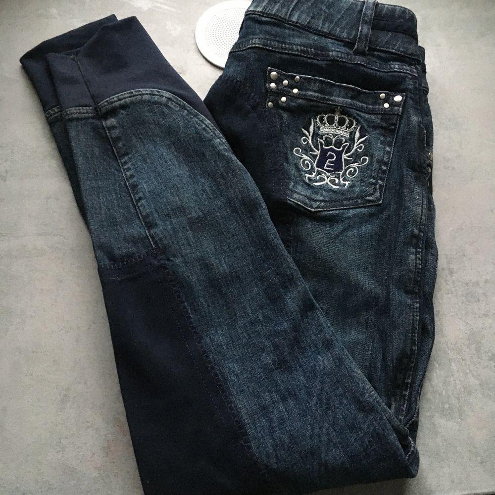 Säljer denna superfina ridbyxa som ser ut som ett par jeans, dom är i storlek 34, köpta för ca 1år sen, använda 2gånger, fraktar eller eventuellt mötas i Norrtälje Rimbo trakterna, köpta för 400kr säljer för 140kr,(frakt kostar ca 44kr) kontakta vid intresse frågor eller mer bilder så hoppas jag vi hörs😊. Jeans & Byxor.