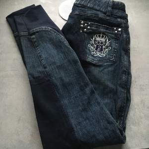Säljer denna superfina ridbyxa som ser ut som ett par jeans, dom är i storlek 34, köpta för ca 1år sen, använda 2gånger, fraktar eller eventuellt mötas i Norrtälje Rimbo trakterna, köpta för 400kr säljer för 140kr,(frakt kostar ca 44kr) kontakta vid intresse frågor eller mer bilder så hoppas jag vi hörs😊