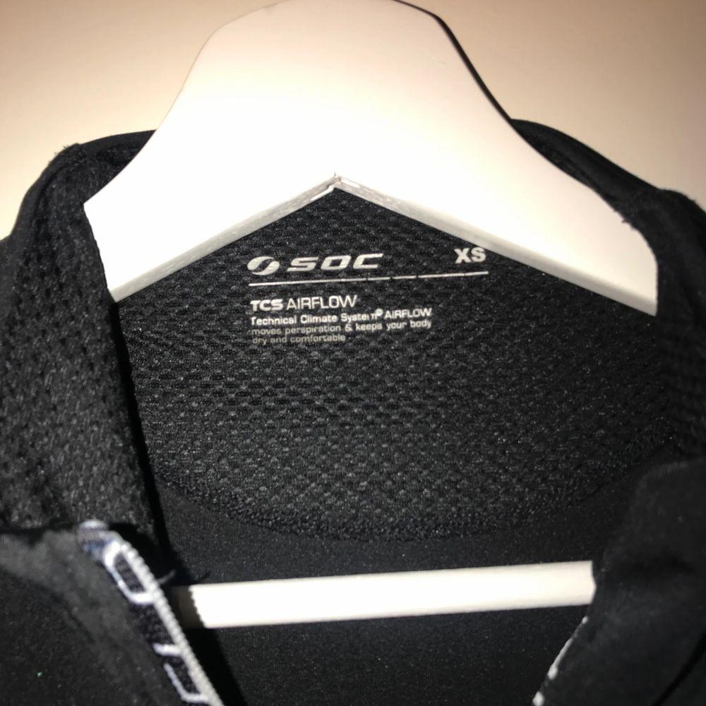 Soc tränginströja, knappt använd! Storlek xs pris kan diskuteras vid snabbt köp . Huvtröjor & Träningströjor.