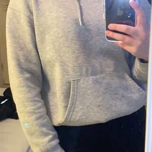 Superfin grå hoodie köpt i london på primark Lite nopprig men inget som jag märker av eller stör mig på Storlek S Frakt tillkommer på 66kr Priset går att diskutera  Tveka inte att skriva för fler bilder eller vid frågor 💗