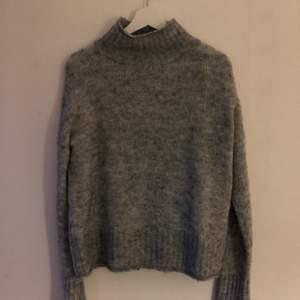En stickad tröja från Amisu, i strl S.