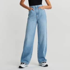 Oanvända högmidjade jeans från Gina Tricot. Idun wide i storlek 34. Skickas med postnord för 66:- som du betalar utöver jeansens pris.