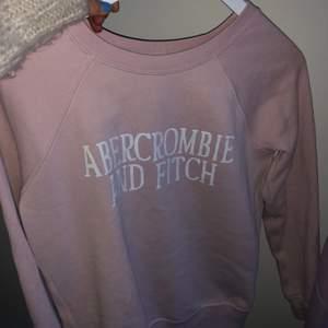 Ljus rosa abercrombie sweatshirt köppt i usa, nästan aldrig använd men kommer inte till användning