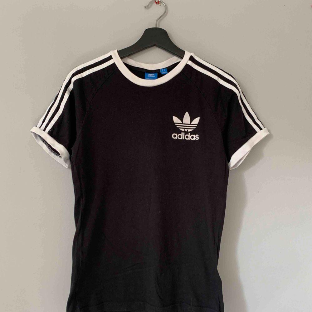 T-shirt från Adidas. Frakt tillkommer. . T-shirts.