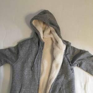 Världens mysigaste hoodie från uniqlo som är alldeles mjuk och gosig inuti😍