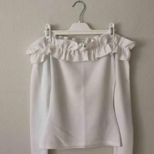 Oanvänd vit ruffle off shoulder tröja, jättefint skick