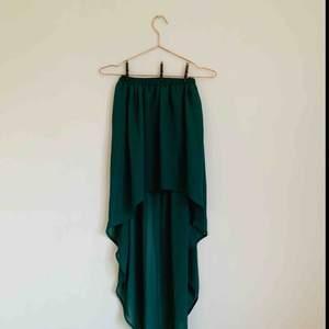 Suuupersnygg kjol med släp! Elastisk i midjan (så jag skulle nog säga att den är en S pga det). Den är kort i fram och underkjolen är också kort, vilket gör att släpet är genomskinlig! Väldigt fin grön färg!💚✨  Jag kan både mötas upp eller skicka💌🤗