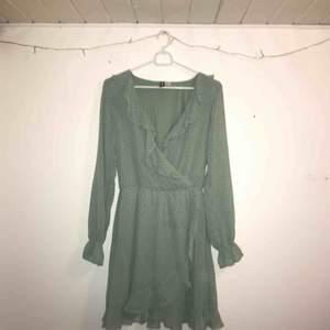 Poka dotted klänning med volanger i en mintgrön färg