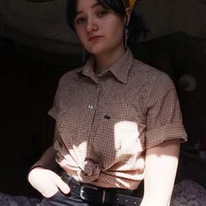 Gullig kortärmad skjorta! Jag brukar knyta den fram, men går lika bra att bara knäppa :) Linjerna är röda och gula, så går att matcha till det mesta i sommar! Kan mötas upp i Borlänge/Sala, annars tillkommer fraktkostnad. Priset kan diskuteras! :-)