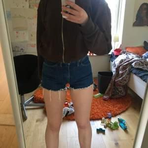 Skitfina shorts ifrån Beyond retro. Märket är kvalitets märket Wrangler och de är i en fin mörkblå nyans. Shortsen är i bra skick.
