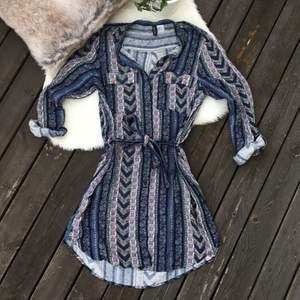 Skjortklänning från hm i storlek 36. Sparsamt använd. Frakt ingår i priset.