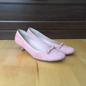 Eleganta matt rosa skor, kilklack och ballerinamodell. Lite smutsiga (se bild 2) men går säkert bort, övrigt gott använt skick. Strlk 40, för stora för mig med 39-39,5