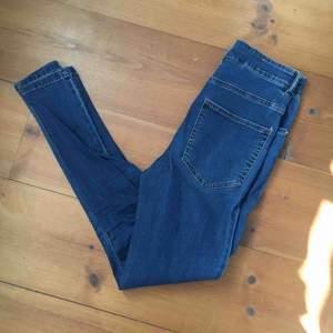 Blåa jeansleggins med högmidja från Bikbok. Fint skick. Pris 100kr.