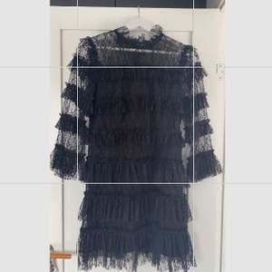 En svart fin klänning av spets som endast använd en gång! I storlek M