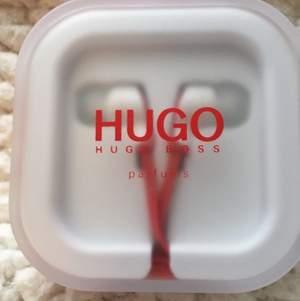 Oanvända och snygga hörlurar från Hugo Boss.  Köparen står för frakt!