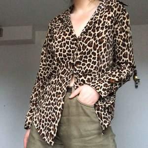 Skjorta i camoflagemönster i väldigt bra skick! Köpt i vintageaffär i tokyo för 400kr. frakt 44kr