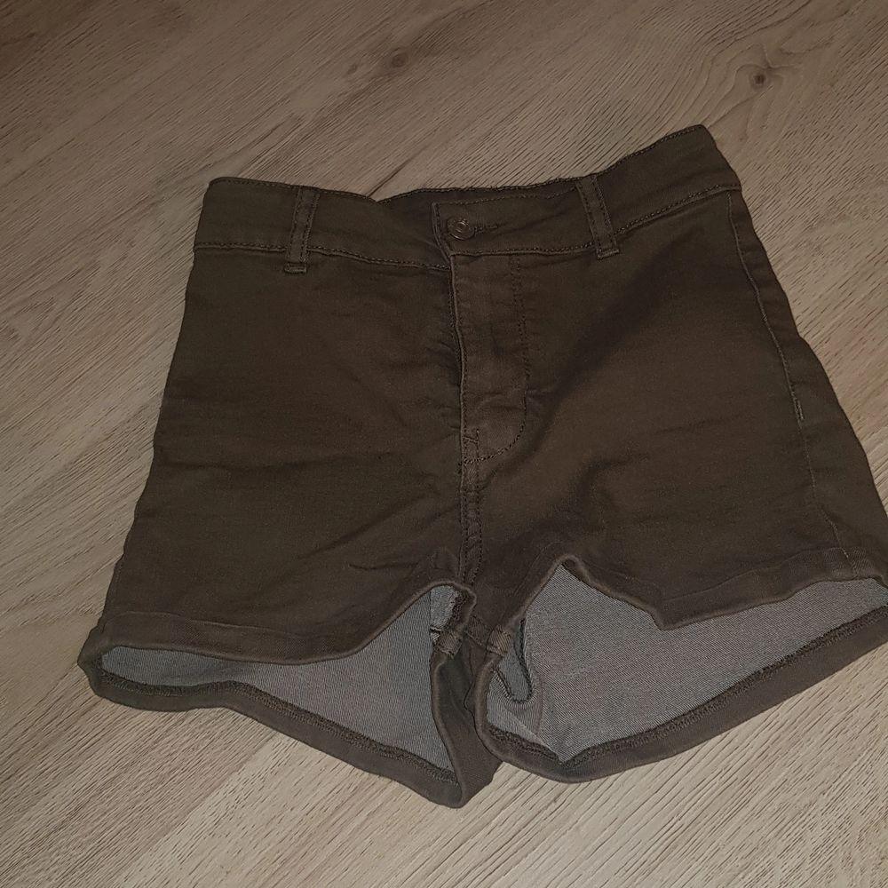 Mörkgröna, bra skick.. Shorts.